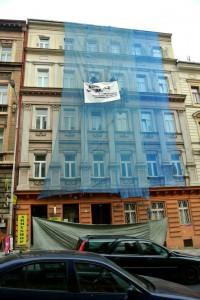 1. Havarijní osekání fasády z lešení pod ochrannou sítí_Praha Smíchov_Starwork