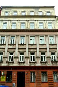 2. Havarijní osekání fasády z lešení pod ochrannou sítí_Praha Smíchov_Starwork