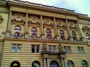 1, Rekonstrukce fasády, kompletní oprava římsy nad vstupem , oprava a nátěr balustrády_ Národního dům na Vinohradech.