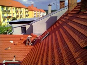 1. Demontáž krytiny a střešních latí rodinného domu a jejich opětovná instalace včetně podstřešní folie_Starwork