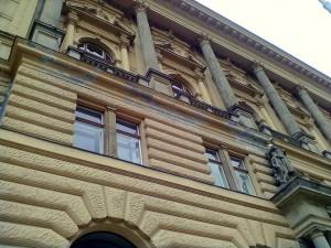 2. Rekonstrukce fasády, kompletní oprava římsy nad vstupem , oprava a nátěr balustrády_ Národního dům na Vinohradech.