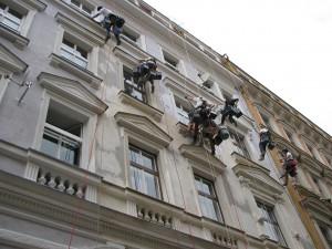 1. Starwork_práce z lana a výškové práce_oprava fasády domu v památkové zóně.