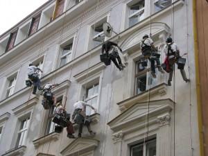 4. Starwork_práce z lana a výškové práce_oprava fasády domu v památkové zóně.