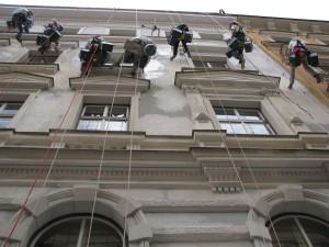 5. Starwork_práce z lana a výškové práce_oprava fasády domu v památkové zóně.