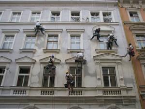 8. Starwork_práce z lana a výškové práce_oprava fasády domu v památkové zóně.
