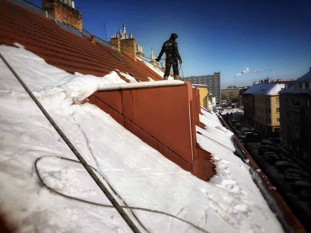 Shazování sněhu ze střech. STARWORK.