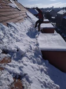Odstraňování sněhu ze střech Praha STARWORK 4